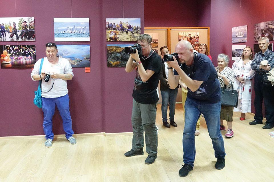 Фотографы снимали на выставке.