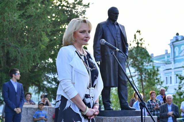 Елена Ульянова на открытии памятника своему отцу в Омске.