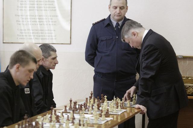 Анатолий Карпов проводит сеанс одновременной игры в колонии.