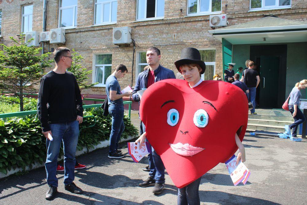Сердце улыбается всем, кто готов сдать кровь.