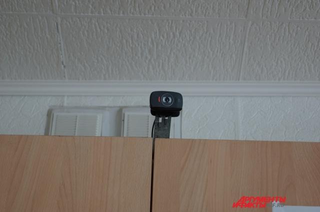 Одна из камер видеонаблюдения размещена на школьном шкафу