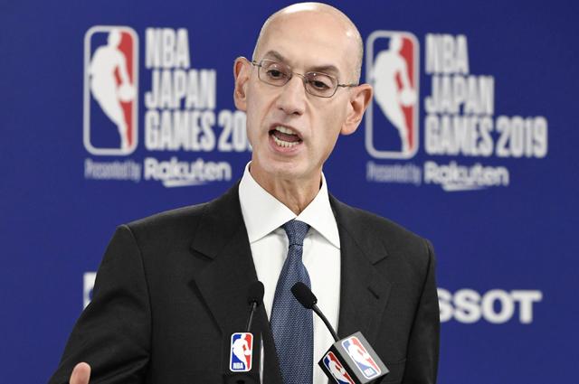 Комиссионер НБА Адам Сильвер.