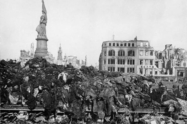 Обгоревшие трупы погибших жителей. Фото из немецких архивов, февраль 1945 г.