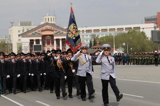 Курсанты принимают участие в омских парадах.
