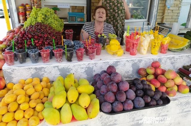Торговцы предлагают фрукты не только килограммами, но и стаканами. Мытые ли, никто не знает. Стакан любых ягод — сто рублей. Голубики — 120.