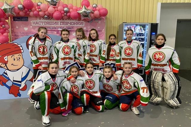 После того, как «Серебряные волчицы» заняли на турнире третье призовое место, шефы вручили им сертификат на 50 тысяч рублей.