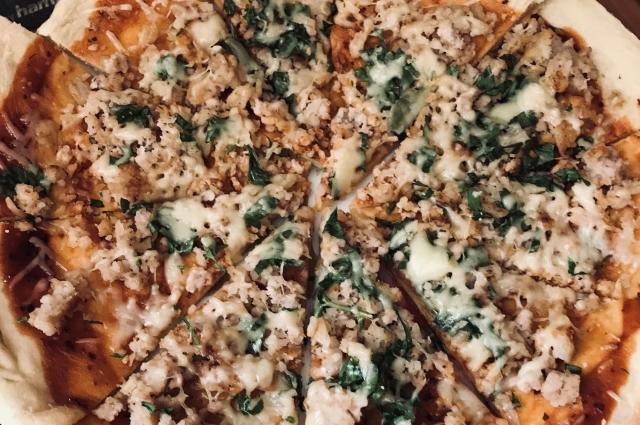 Пицца из мясной и сырной тарелки