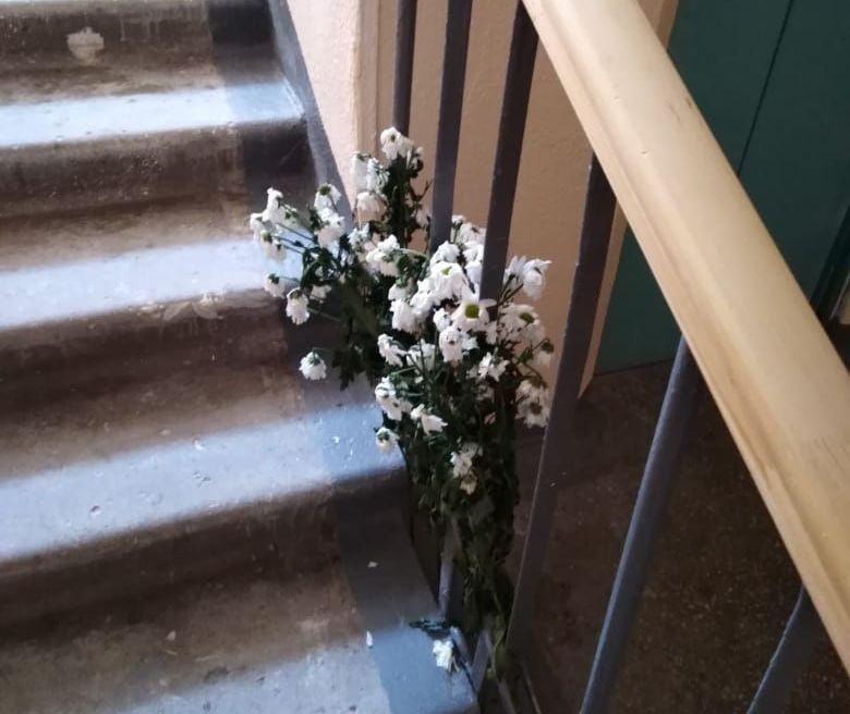 Друзья приносят цветы к квартире Камили.