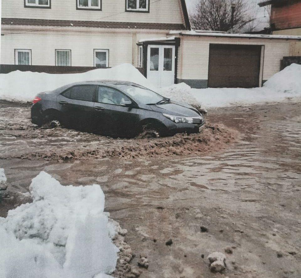 ННа ул. Дорожная разлилась  лужа – по подсчётам жителей, размерами 20 на 50 метров.