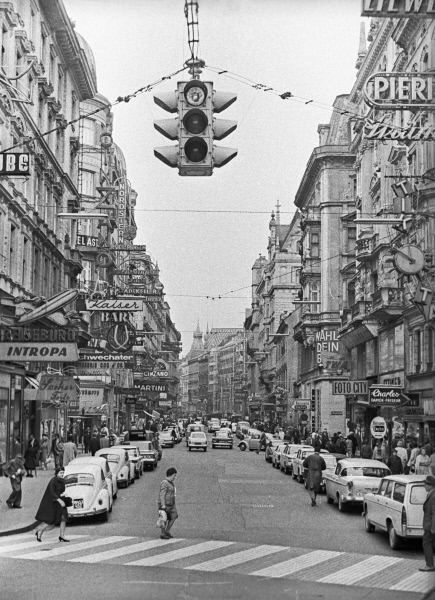 Пешеходный переход на одной из улиц города Вены. 1965 год
