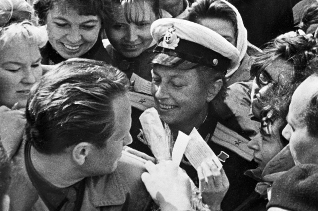Герой Советского Союза, бывший снайпер Людмила Павличенко раздаёт автографы участникам слёта Красных следопытов