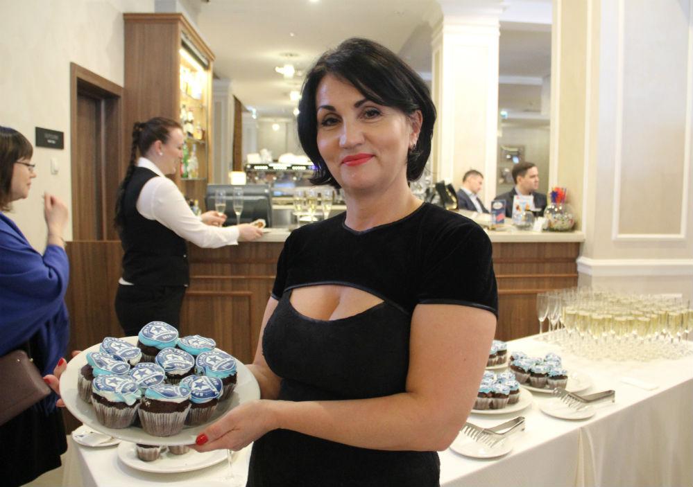 В руках у менеджера медиахолдинга «Мо- заика» Галины Кузьминой пирожные с логотипом конкурса.