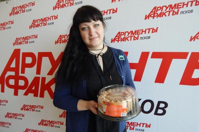 Анна, мама Александры Кадетовой, получила за дочку приз.