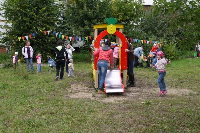 Детям приятно играть на чистых площадках.