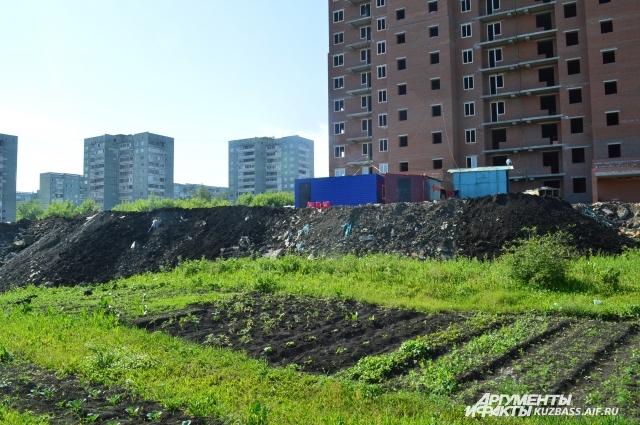 Заваливать землёй огород строители перестали только после приезда полиции.
