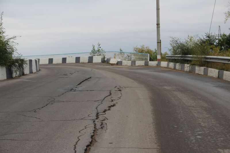 """Признаки разрушения появились на участке в районе путепровода над железной дорогой. Теперь """"восьмерку"""" не открывают под этим предлогом"""