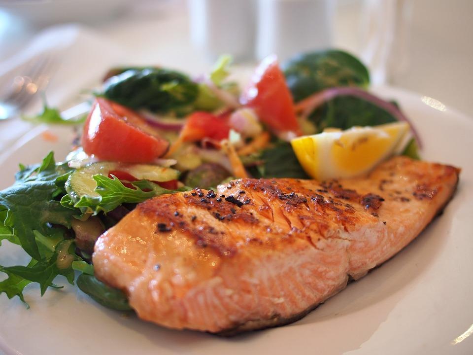 Рыба богата витаминами и микроэлементами.