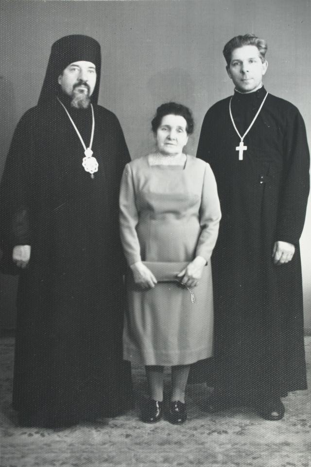 Владыка Леонтий (слева) с  матерью и братом.