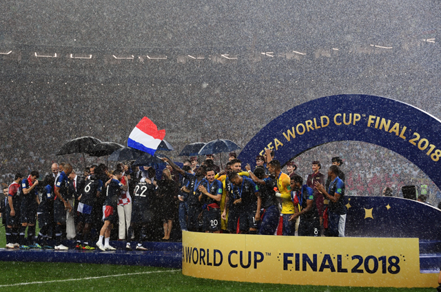 Игроки сборной Франции на церемонии награждения золотыми медалями чемпионата мира по футболу 2018.