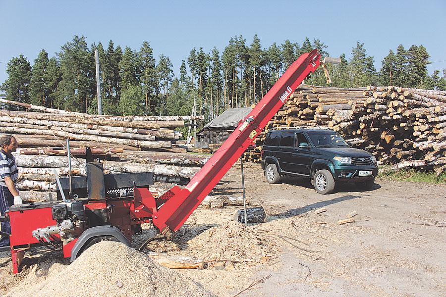 Новый финский дровокол стал настоящим подспорьем: с его помощью можно грузить дрова сразу в кузов грузовика.
