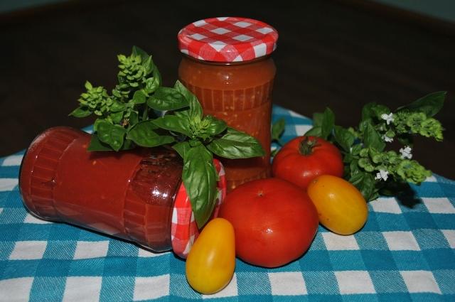 Аджика - классический соус для мяса.