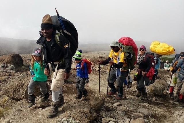 На Килиманджаро поднимается много туристов.
