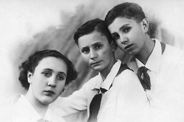 Вирхилио де лос Льянос Мас (справа) с сестрой Кармен и братом Карлосом в СССР. Конец 30-х годов.