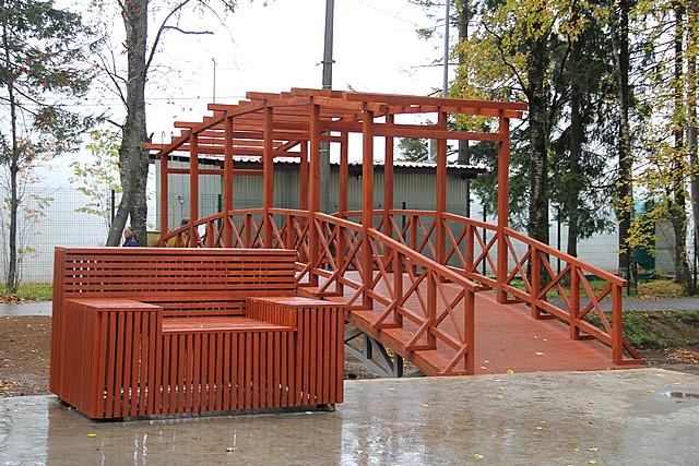 Новый арт-объект объединил тропинку для пеших прогулок и зону отдыха с уличной мебелью.