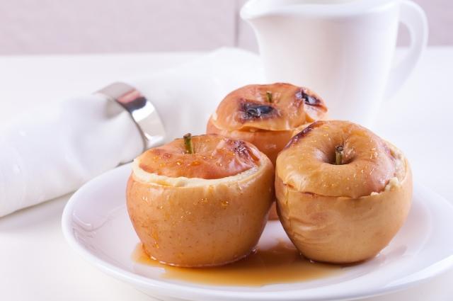 Подавайте печеные яблоки с мороженым, взбитыми сливками или шоколадным сиропом.