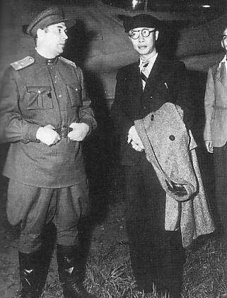 Пу И с советским офицером. 9 августа 1946 г. В этот день его доставили в Токио на международный трибунал.