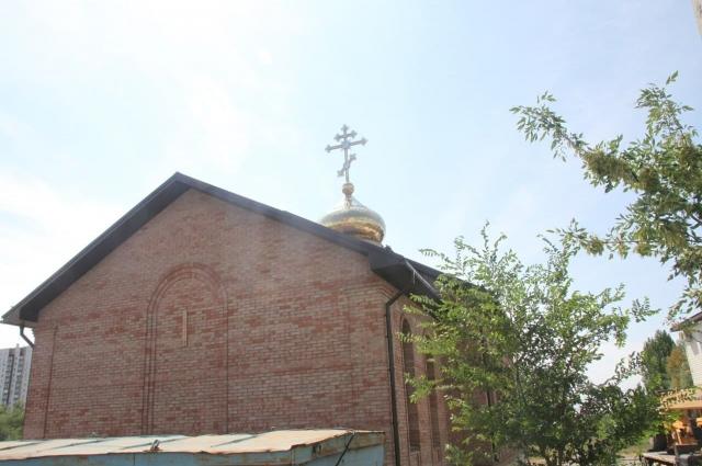 В Оренбурге освятили крест и установили купол на построенный храм.