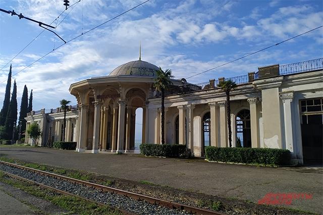Вокзал Нового Афона, впрочем, как и все жд/вокзалы Абхазии выглядит безжизненным. Последствия войны 92-93 гг.