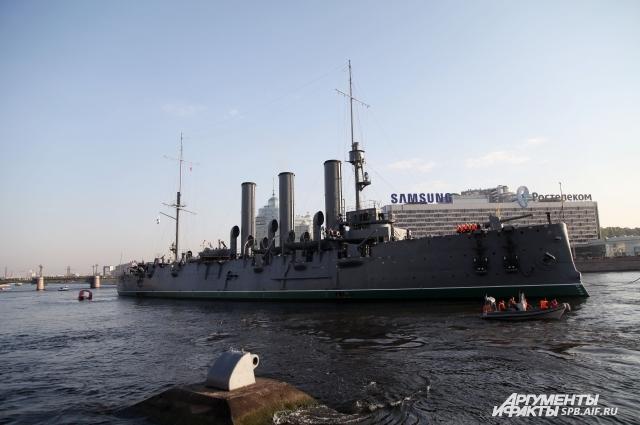 Проход «Авроры» по Неве в ремонтные доки стал событием для города.