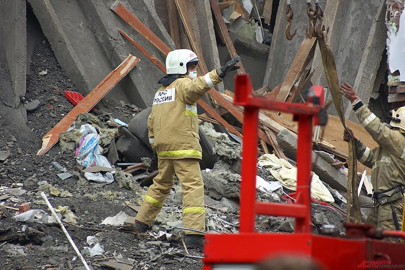 Незамедлительно прибыли спасатели, которые приступили к разбору завалов, а жильцов эвакуировали