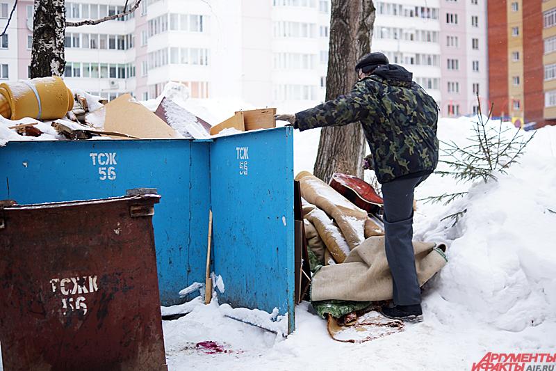 Иногда в обычном хламе из мусорного пакета можно разглядеть судьбу человека