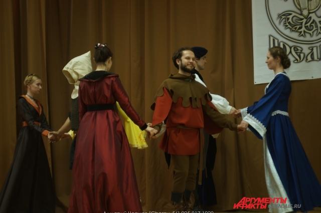 На сцене не только бились на мечах, но и пели и танцевали.