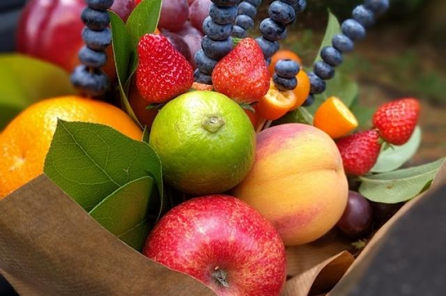 Часто в композицию включают необычные материалы: фрукты, ягоды, конфеты.