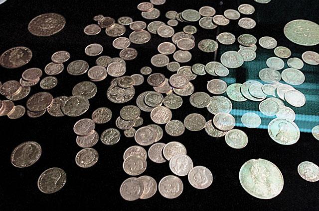 Клад из 140 золотых русских и иностранных монет 1917 года, найденный в Москве в Тихвинском переулке в 1990 году. Выставка кладов России в Государственном историческом музее в Москве