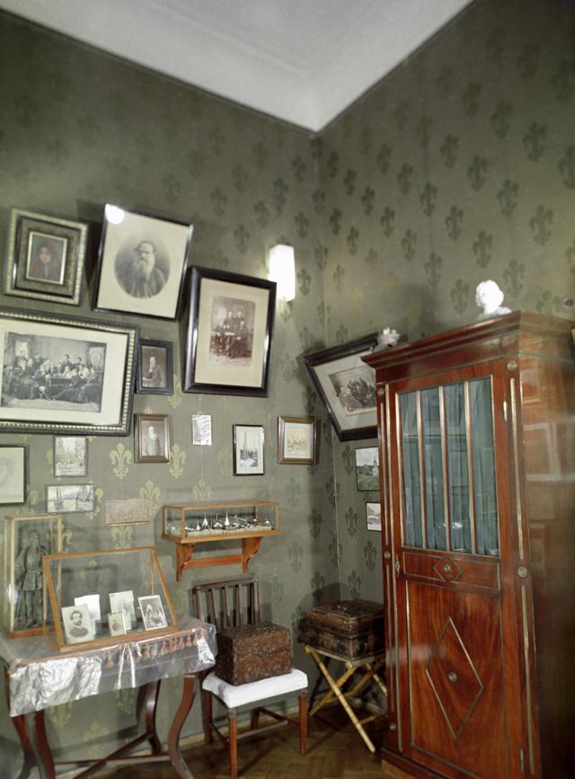 Кабинет в доме-музее писателя в Ялте.