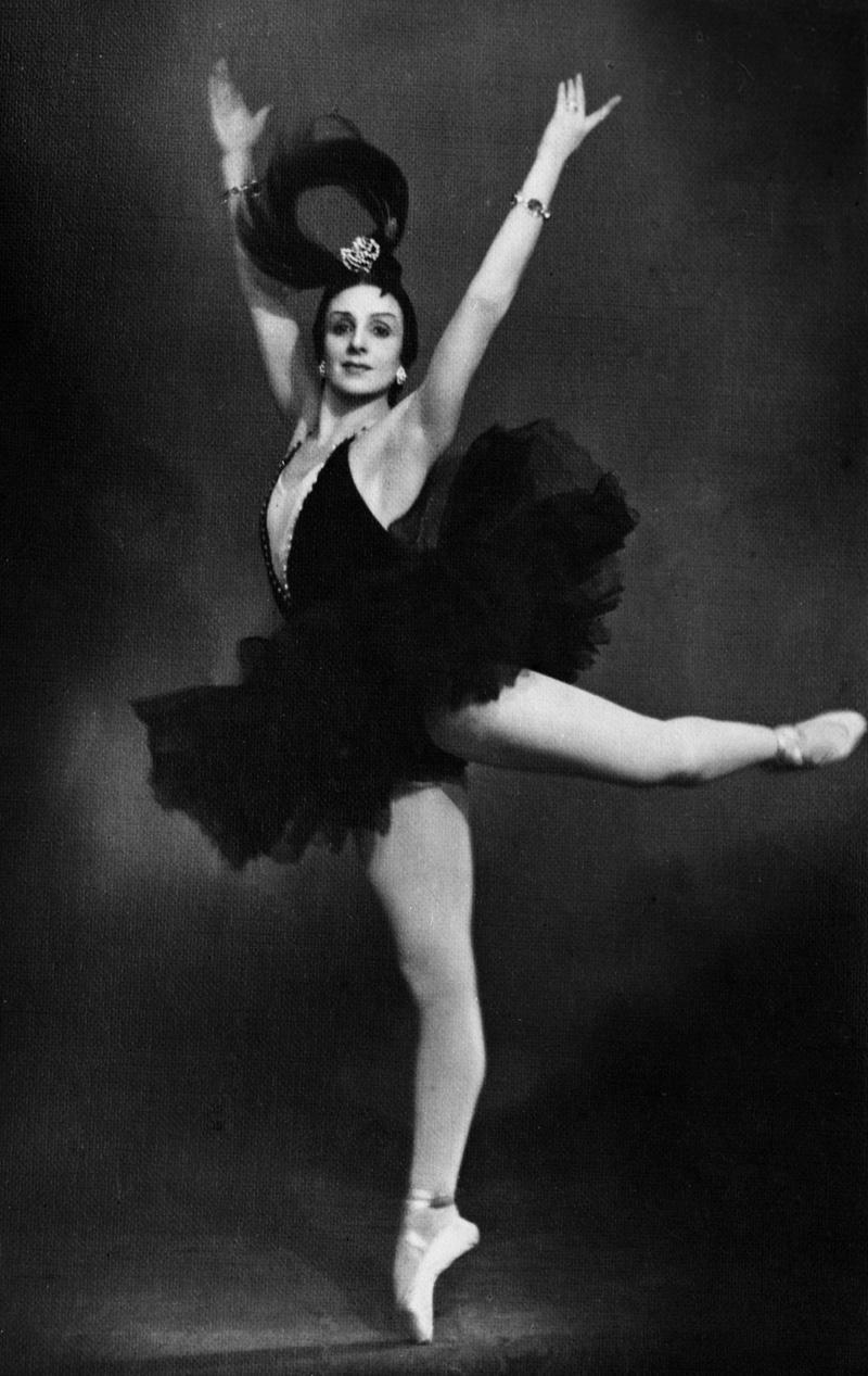 Наталья Михайловна Дудинская исполняет партию Одиллии в балете П.И. Чайковского «Лебединое озеро». 1954 г.
