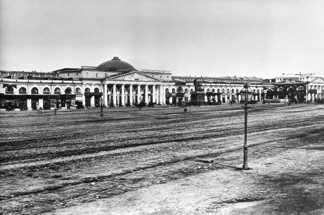 Торговые ряды на Красной площади между Никольской и Ильинкой в 1884 году. Репродукция 1961 года Е.Леонова.