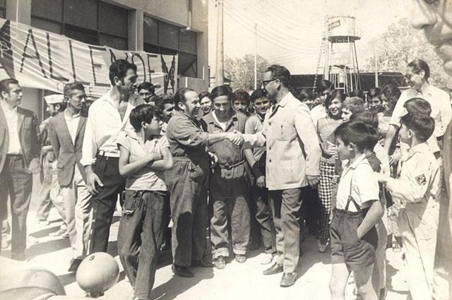 Сальвадор Альенде общается с гражданами.