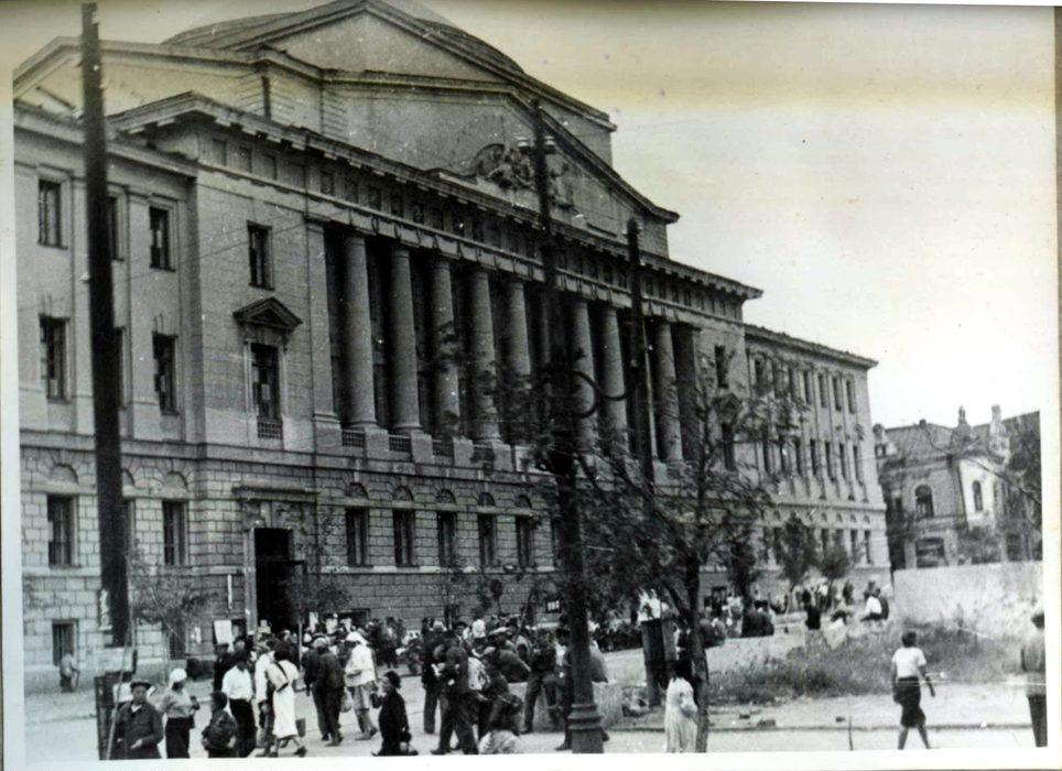 1942 год. Биржа труда в здании Госбанка в Ростове