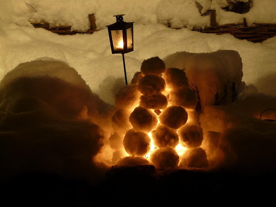 Снежные фонарики горят очень долго.