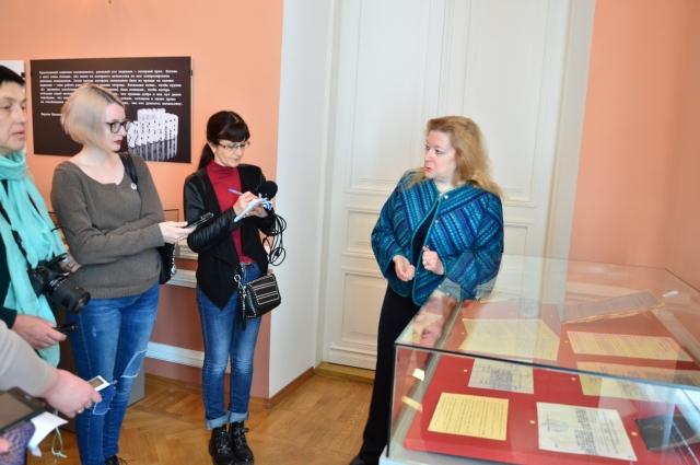 Куратор проекта Юлия Кантор проводит экскурсию для журналистов.