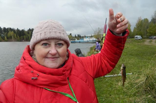 Наталья Зеленская поменяла крючок и на него сразу попался маленький ёршик, которого она положила в ёмкость с водой, чтобы позже отпустить.