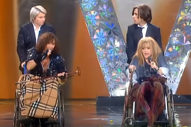 Алла Пугачева и Валерий Леонтьев в инвалидных креслах.