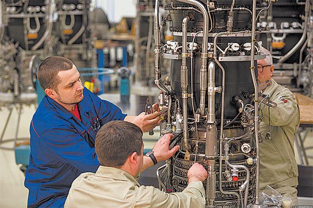 Сборку авиадвигателей ведут специалисты высшей квалификации.
