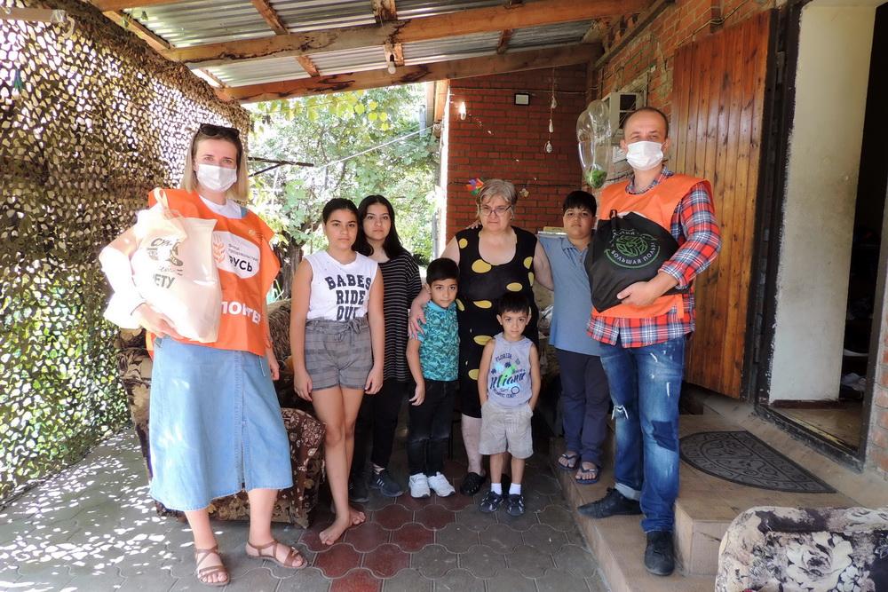 Волонтёры привезли продукты многодетной семье Барсегян.