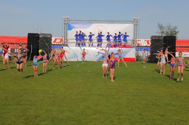 Красочное событие началось с шоу гимнастов, фристайлеров и барабанщиков, за которым с трибун наблюдали около трех тысяч жителей и гостей города.